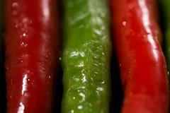 Красный и зеленый конец перца горячих чилей вверх Стоковые Изображения