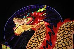 Красный и золотой дракон перед колесом замечания Гонконга Стоковая Фотография