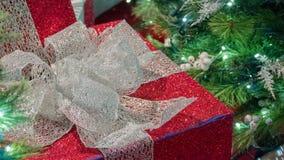 Красный и серебряный подарок рождества с деревом в праве рамки стоковое изображение rf