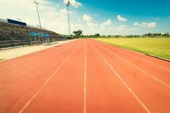 Красный идущий след в стадионе Идущий след на голубом небе Стоковая Фотография