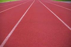 Красный идущий след в стадионе, идущий след на голубом небе Стоковая Фотография RF