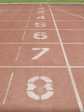 Красный идущий след в стадионе на отправная точка Стоковая Фотография