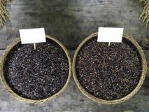 Красный и черный органический коричневый рис в тайском традиционном basketry Стоковое Фото