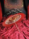 Красный и черный японский зонтик Стоковые Фотографии RF