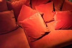 Красный квадрат бархата pillows на красной софе бархата для абстрактного backgr Стоковые Изображения RF