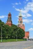 Красный квадрат и башня часов в полдень стоковое изображение