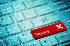 Красный ключ с обслуживанием и работой текста оборудует значок на голубой цифровой клавиатуре компьтер-книжки стоковое фото