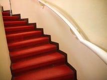 Красный ковер на белых лестницах стоковое фото rf