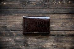 Красный кожаный бумажник на деревянном взгляд сверху предпосылки Стоковое Изображение RF