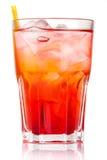 Красный коктеил спирта при изолированные лед и солома Стоковое Изображение