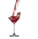 Красный коктеиль брызгая от изолированного стекла на белой предпосылке Стоковые Изображения