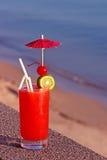 Красный коктеиль на предпосылке воды Стоковое фото RF