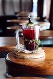 Красный коктеиль с естественными соком и водочкой смородины Стоковые Изображения