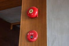 Красный колокол пожарной сигнализации на деревянной стене Стоковые Изображения RF