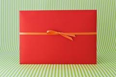 Красный конверт с лентой Стоковое Фото