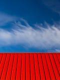 Красный конспект облаков голубого неба крыши белый Стоковая Фотография RF