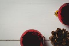 Красный конус безделушки и сосны рождества на деревянном столе Стоковое Изображение RF