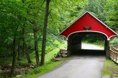 Красный крытый мост в Нью-Гэмпшир Стоковое Фото