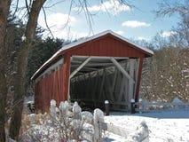 Красный крытый мост на солнечный зимний день стоковое изображение