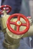 Красный клапан жидкостного огнетушителя стоковые фотографии rf