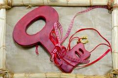 Красный ключ на деревянной рамке Стоковое Фото