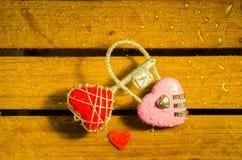 Красный ключ сердца и розовый ключ для всех замков стоковое изображение rf