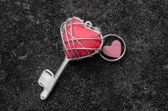 Красный ключ сердца стоковое фото rf