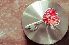 Красный ключ сердца стоковые изображения