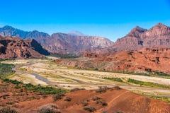 Красный ландшафт гор с сухим рекой вниз с долины стоковая фотография