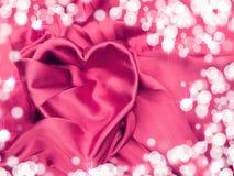 Красный материал сатинировки с концепцией влюбленности формы сердца Стоковая Фотография