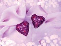 Красный материал сатинировки с концепцией влюбленности формы сердца Стоковое Фото