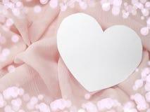 Красный материал сатинировки с концепцией влюбленности формы сердца Стоковые Фотографии RF