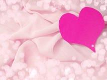 Красный материал сатинировки с концепцией влюбленности формы сердца Стоковые Изображения