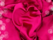 Красный материал сатинировки с концепцией влюбленности формы сердца Стоковые Изображения RF