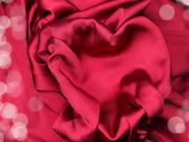 Красный материал сатинировки с концепцией влюбленности формы сердца Стоковое Изображение RF