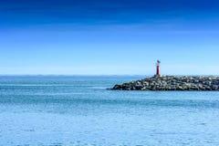 Красный маяк в входе порта стоковая фотография rf