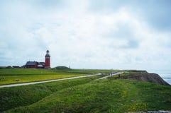 Красный маяк в живописном ландшафте стоковое изображение