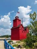 Красный маяк Мичигана с туристом стоковое фото