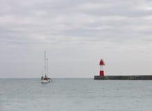 Красный маяк на море стоковая фотография