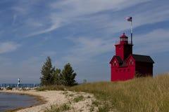 Красный маяк на пляже Стоковые Изображения