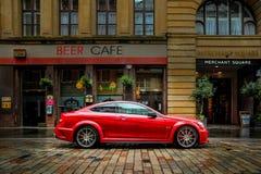 Красный Мерседес-Benz вне кафа стоковые фотографии rf