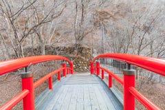 Красный мост в Ikaho Onsen на осени locat городка горячего источника Стоковое Фото