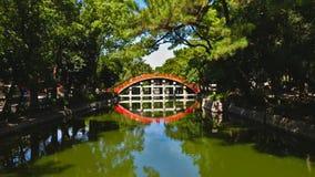 Красный мост и свой отражает стоковое фото