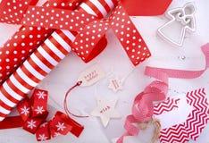 Красный оборачивать подарка белого рождества Стоковое фото RF