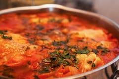 Красный овощной суп с зелеными цветами закрывает вверх в лотке Стоковая Фотография