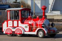 Красный локомотив стоковые изображения