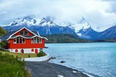 Красный дом на озере Pehoe в Torres del Paine Стоковые Изображения RF