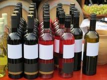 Красный опорожните бутылки вина ярлыка в строках Стоковая Фотография