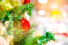 Красный орнамент шарика смертной казни через повешение для рождественской елки Предпосылка украшения Xmas сияющего светлого пироф Стоковое фото RF