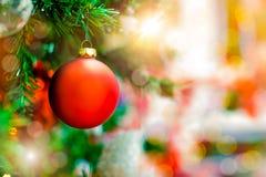 Красный орнамент шарика смертной казни через повешение для рождественской елки Предпосылка украшения Xmas сияющего светлого пироф Стоковая Фотография RF